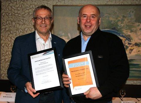 PRISVINNAR: Hans-Jacob Sunde (t.h.) har beste nærbutikk på Nordvestlandet. T.v. dagleg leiar Helge Schei i Merkur-programmet som stod for prisutdelinga.