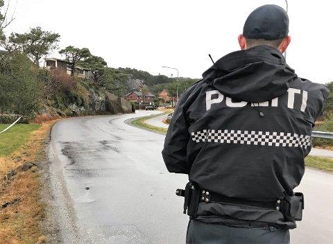SPERRA AV: Området kring eigedommen der ein person vart funnen død 2. juledag, vart sperra av politiet. Den omkomne og funnstaden har inga kopling, melder politiet.