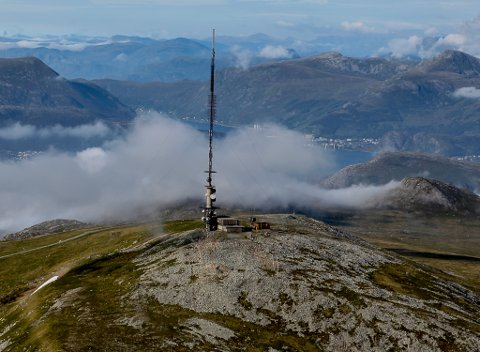 STEINFJELLET:  Hovudsendaren for det digitale bakkenettet, står på Steinfjellet. I bakgrunnen ser vi Deknepollen og Måløy-området, som truleg vil vere sikre gode signal også ved etablering av eit vindkraftanlegg her.