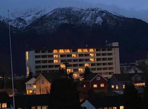 HJARTE: Sigurd Kvikne forma eit hjarte med lysa i hotellromma fredag.