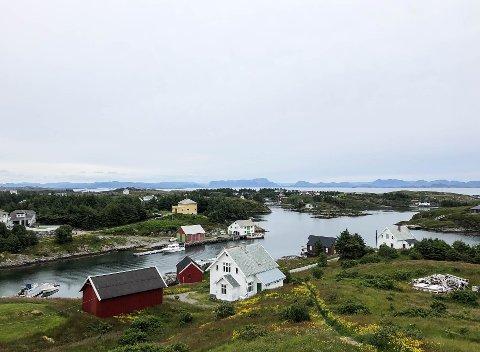 Det er 365 øyer i Bulandet og rundt 240 innbyggjarar. – Vi er godt vande med å vere heime ilag med familien i periodar, her jobbar dei fleste på sjøen, seier Ruben Fedøy.