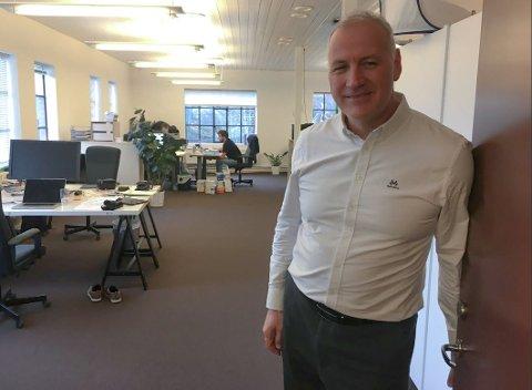 SAVNER KOLLEGAEN: Daglig leder Lars Dahle savner sterkt sin kollega her i utviklingsavdelingen til Dignio på Kråkerøy. Kollegaen ble pågrepet på jobb for to år siden.