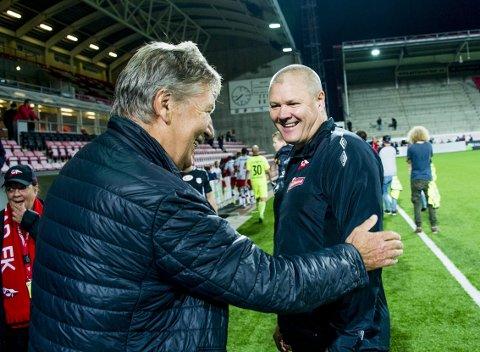 God stemning: FFK-leder Arne Erik Olsen gratulerer Mons Ivar Mjelde med tre nye poeng etter Strømmen-kampen. foto: erik hagen