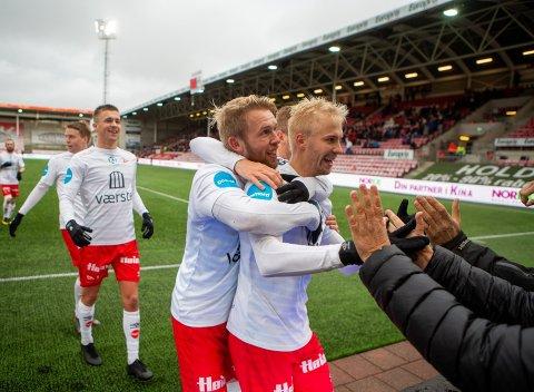 SISTE JUBEL: Joona Veteli (til høyre) jublet sammen med Tim Nilsen som også er ferdig i FFK etter sin drømmescoring mot Kvik Halden.