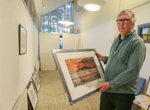 Fargerikt: Bildene til Kjell Vassdal har mange og sterke farger. De henger oppe i kunstgaten på Hvaler rådhus fra 9. mars.