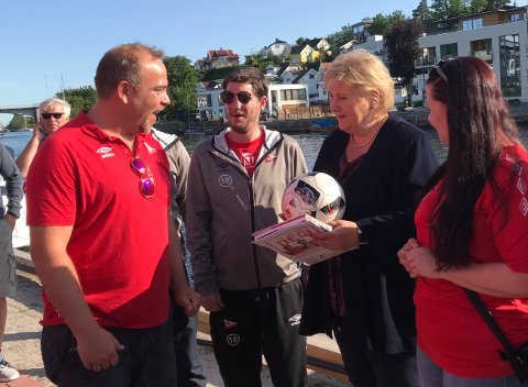 HYGGET SEG: Ole Magnus Kvernevik (til venstre) fra FFKs gatelag fant raskt tonen med statsminister Erna Solberg torsdag ettermiddag.