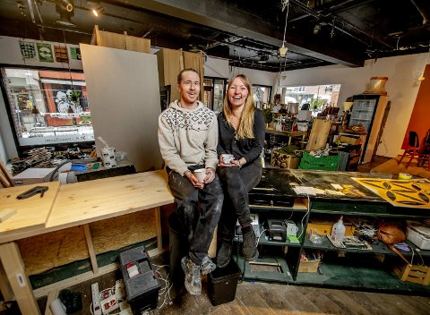 SÅ VAR DET OVER: Kim André Pettersen og Janne Kristoffersen stengte Greenhouse Økomat på fredag etter å ha forsøkt å selge stedet i flere uker. Foto: Geir A. Carlsson