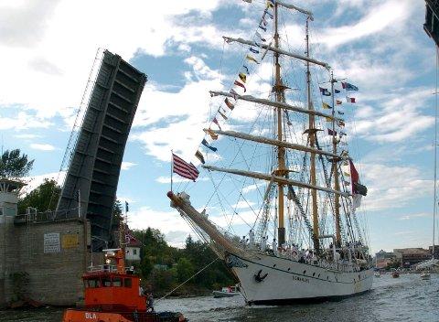 Seilskuta «Devaruci» passerer den åpne Kråkerøybrua under forrige Tall Ships Races.