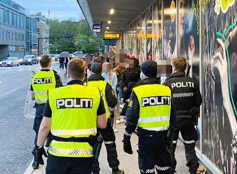 Store politistyrker måtte rykke ut til sentrum sent på kvelden 17. mai. 14 personer ble til slutt pågrepet av politiet.