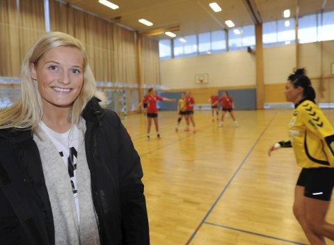 SÅ AHK: Marit Røsberg Jacobsen synes det var gøy å se Ankenes HK-jentene i aksjon mot Vadsø Turn. (Begge foto: Kjell Kolsvik)