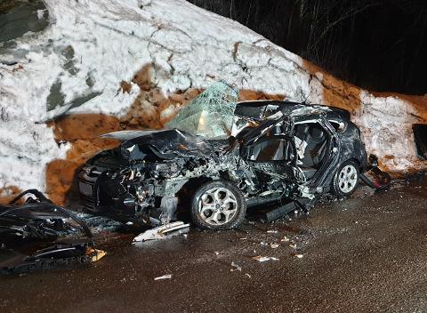 ULYKKE PÅ E10 BJERKVIK: I denne bilen satt det tre personer. Operasjonsleder Remi Johansen i Nordland politidistrikt uttalte at det var utrolig at de overlevde kollisjonen – slik bilen så ut.