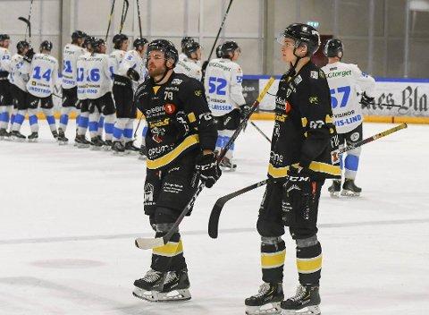 Anders Henriksen og Nils Fuglesang rusler lamslått av isen mens Narvik spillerne jubler i bakgrunnen Foto: Arne Tvervaag