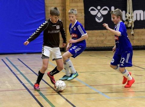 DØGNET RUNDT: Døgncupen arrangeres i Holtanhallen, hvor dette bilde er tatt under Per Bredesen cup.  Det spilles kamper fra fredag til søndag, døgnet rundt.