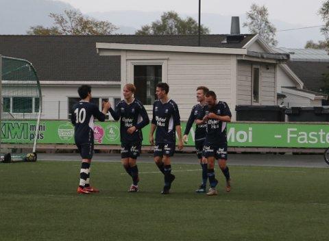Berner Rotevatn Gilje blir gratulert av David Nevland (til venstre), Jørgen Rege, Arve Espeland og Haakon Pedersen etter å ha sendt Oltedal i føringa mot Moi.