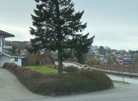 Politiet leter etter en sølvgrå Golf som stakk av fra kontroll på Bogafjell tidligere på dagen torsdag. Her er de på Opstad.