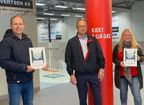 Espen Øvstebø i Dirdal IL og Kristine Jøntvedt i Ålgård Håndballklubb tok imot gaver fra Ommund Braut (midten) og Sparebanken Vest.