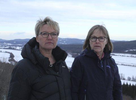 Kampklare: Marit Dahl og Bente Rudberg håper både innbyggere og politikere setter seg godt inn i vindmøllesaken. Selv mener de at Finnskogen og vindmøller ikke hører sammen, og at en utbygging vil rasere både dyre- og kulturlivet. Foto: Kenneth Mellem