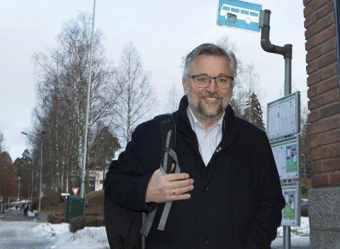 """JULEGAVE: Tidligere Kongsvinger-ordfører Sjur Strand er leder i trafikksikkerhetsutvalget i Innlandet fylkeskommune, som står bak """"Trygt hjem""""-ordningen. - I år utvider vi ordningen til å gjelde i jule- og nyttårshelga. Det er vår julegave til de unge, sier han."""