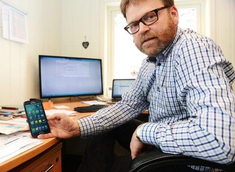 Erik Stenumgard i Horten Elektriske AS har kontorer i Vålebrua i Ringebu. Men også her sliter de med mobildekningen.