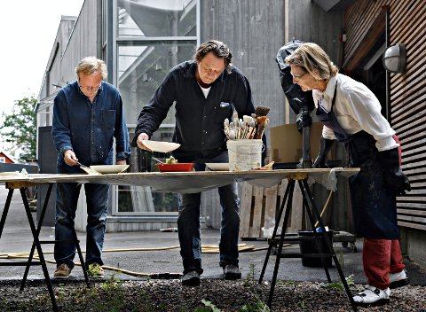 KOMMER TIL VINSTRA LØRDAG: Dronning Sonja og Ørnulf Opdahl (t.v.) er årets Peer Gynt kunstnerne og begge kommer til Vinstra lørdag for å være med på åpningen av utstillingen i Peer Gynt huset. Her er de i arbeid med et tidligere prosjekt sammen med den avdøde kunstneren Kjell Nupen. Både Opdahl og Nupen har vært omtalt som lærmestere for Dronningen. Foto: Rolf M. Aagaard / Det kongelige hoff.