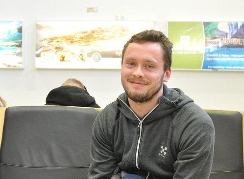 Eirik Hopen (27) landet på Harstad/Narvik lufthavn i formiddag, og er klar på isen når Arctic Eagles møter L.I.K. i Narvik i kveld.