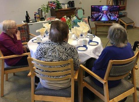 PYNTET TIL FEST: Både bord og beboere var pyntet til bryllyp på Marka lørdag.