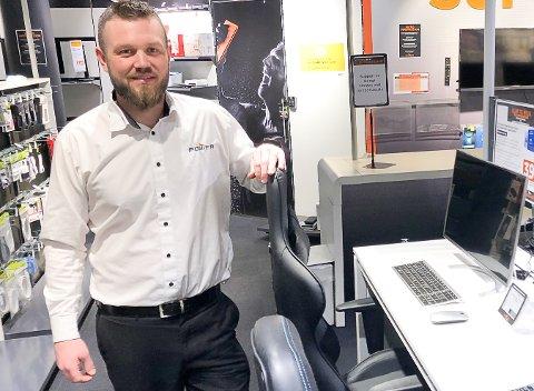 ETTERSPURTE VARER: Butikksjef Lavrans Sanderud hos Power i Gran merker at mange når er hjemme med jobb og med skolearbeid.