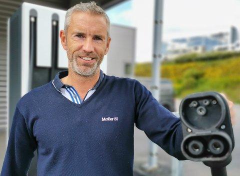LYNLADER: Nå kan Sindre Wannebo og Møller bil i Mohagen tilby lading til strømsultne elbiler.