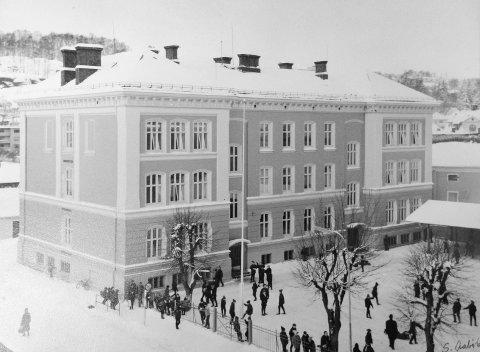 MYE FRUSTRASJON: Det gikk 20 år fra prinsippvedtaket om å legge ned Gutteskolen ble fattet, til en ny skole ble bygget på Låby. Det førte til mye utålmodighet og frustrasjon.