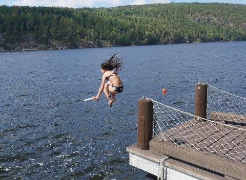 IDDEFJORDEN: Jenny Evenrud (10) hopper ut med termometeret for å måle temperaturen ved Bakke.