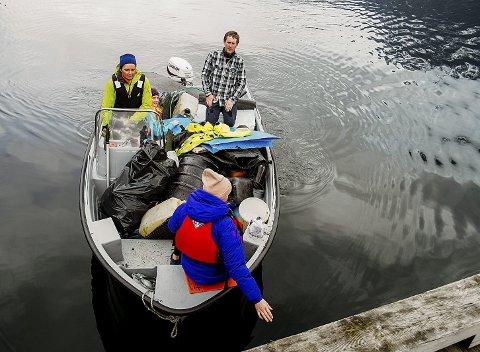 Med båt: Evy Prestegård, Jorid og Selma Myklatun og Øystein Næss rydda ved Hotlemostøa. Der var mykje!