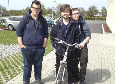 PÅ TO HJUL: Einar Torkelsen, Harald Steinsøy og Jon Petter Mannes sykler ofte til og fra skolen. FOTO: HANNA ANDERSEN