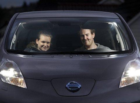 Fornøyd: Mette Vedøy og Arne Kristian Stave Ytreland fra Åkra har kjøpt elbil for første gang.  Foto: Harald Nordbakken