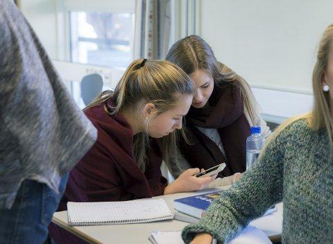 MOBILTELEFON: Rektorer og lærere er nærmest å vurdere hvorvidt det er et behov for å nekte bruk av mobiltelefoner på skolen, skriver Bente Thorsen og Kristoffer Sivertsen.8Ill.foto: NTB SCANPIX