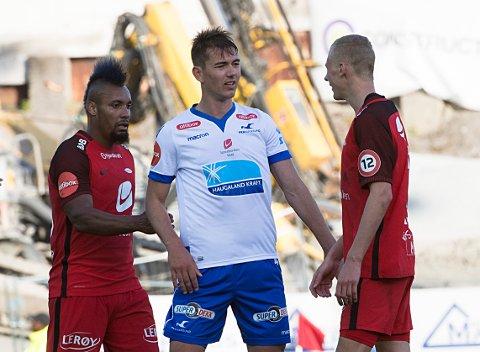BUEKORPSGUTT: FKHs Fredrik Pallesen Knudsen møter gamleklubben Brann, her ved Bismar Acosta (t.v.) og Kristoffer Barmen.