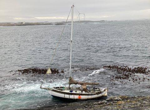 I FJÆRESTEINENE: Slik ble seilbåten liggende.