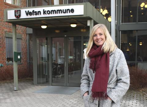 Glad i å være ute: Stina-Marie Kvandal på en kort tur ut, utenfor rådhuset for Vefsn kommune. foto: Benedicte Wærstad