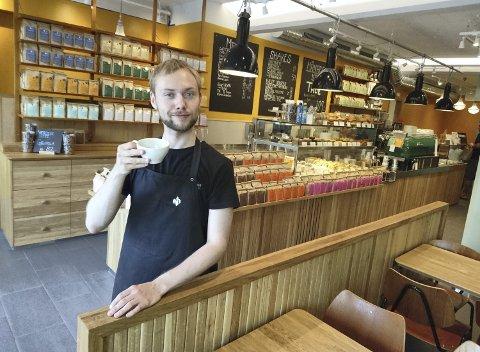 HERRE I EGET HUS: Henrik Sivertsen tar fram entertainerens fjes i et kort sekund mens bildes tas. Også som sjef for Kaffebrenneriet i Hegdehaugsveien i Oslo skal han møte et publikum. Et kresent sådant.