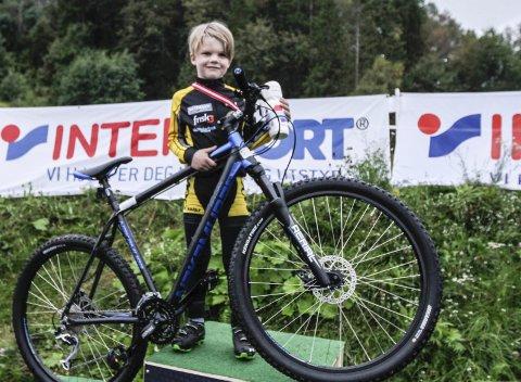 PREMIE: Oskar Torsetnes vant sykkelen som er hovedpremien  i Intersport terrengcup