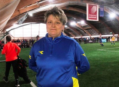 Monica Mentzoni er veteran i SIL, og har i mange år vært turneringsleder for Stamnes Diadora Cup. - Det er mye logistikk, men også mye rutine, sier hun.
