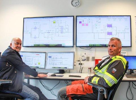 FULL KONTROLL: Per Inge Strøm (t.v.)  og Tore Straum ved kontrolltavlene som gir dem oversikt over inngående og utgående vann.