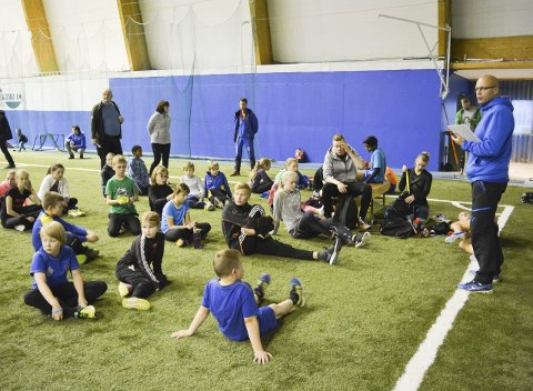 FRAMTIDENS UTØVERE: «Høstsamlinga» i friidrett i Alta ble blant annet ledet av Morten Trane, som her informerer de unge aktørene om det videre programmet i Finnmarkshallen.