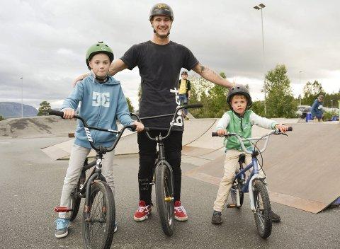 LÆREMESTER: Dagur Arnarsson (11) og Mathias Isaksen (8) trivendes godt sammen med BMX-stjernen Ola Selsjord på torsdag. Selsjord sier at man må regne med litt knall og fall før triksene sitter hundre prosent.