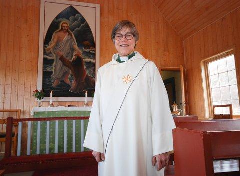 SNART FERDIG: Neste år er Anne Kirsti Kjenne ferdigutdannet prest. Da kan hun skifte ut det skrå båndet over prestekjolen med to rette bånd. I over ett år har hun vært prest i Båtsfjord. Her i Syltefjord kirke tidligere i sommer. Søndag kan du møte henne i Hamningberg kapell.