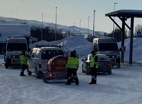 Her inspiseres en henger på Sandnes trafikkstasjon.
