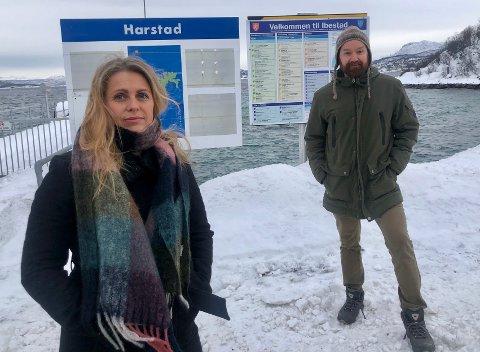 FRUSTRERT: Hanne Marie Krogh Karlstad bor i Hamnvik på Ibestad og fortviler over høye fergepriser. Tom Einar Karlsen fra Arbeiderpartiet sier han har løsningen.