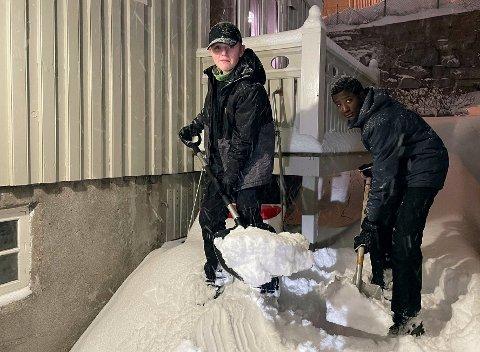 PERFEKT ARBEIDSVÆR: Forrige helg måket Joakim Nygård Henriksen (15) og Mohammed Musa (16) i seks stive timer og tett snøvær.