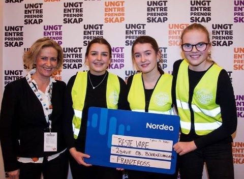 """2 Save EB Vant førsteplass for """"Beste vare"""": F.v: Inger Solstad (prisutdeler fra Franzefoss), Sofia Sol Eliassen Pierson, Romée Riesanne, Thea Nebylien."""