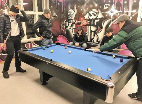 PÅ Fritidsklubb: Viljar Rognli (t.v.), Kacper Kopcinski, Niklas Ottem, Leo Corneliussen og Adrian Waaler liker å møtes for å spille biljard på ungdomsklubben i Backergården.