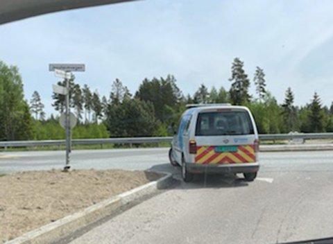 IKKE LOV: I dette krysset er det ikke lov til å svinge til venstre, sier Viken fylkeskommune. Tirsdag gjorde de det selv.
